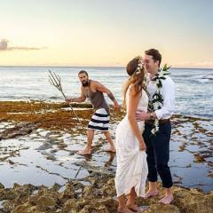 Jason Momoa alopra fotos de casamento de casal com Photobombs
